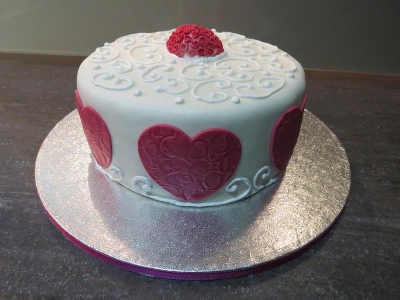 Unter Der Valentinsdeko Befindet Sich Eine Schokoladige Banoffee Torte!  Aufgrund Der Aktion Bleibt Das Rezept Aber Noch Ein Bisschen Geheim!